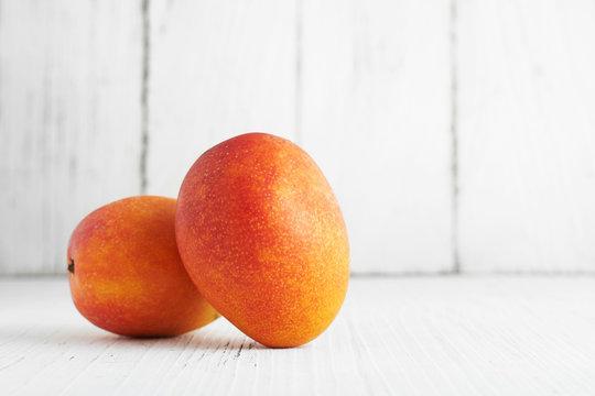 白い板の上で撮影したマンゴー