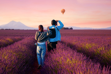 In de dag Crimson Asian couple travel in lavender field