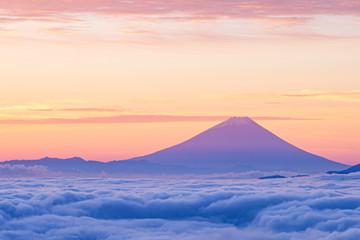 雲海に浮かぶ夜明けの富士山
