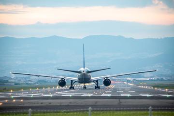 大阪国際空港を離陸する飛行機