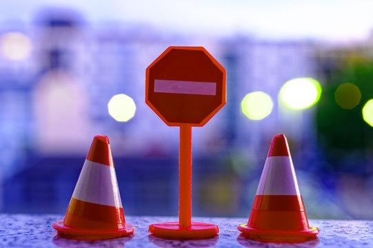 Spielzeug mit Vekehrsschild Durchfahrt verboten und Pylonen bei Nacht