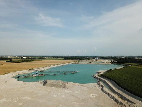Baggersee und Kieswerk zum Abbau von Sand und Schotter im Osten von München in Bayern
