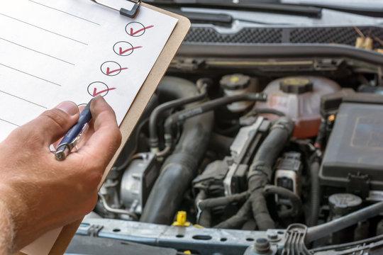 Prüfung des technischen Zustandes eines Autos mit Hilfe einer abgehakten Checkliste