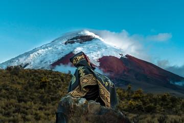 Foto auf AluDibond Blau person watching the amazing Cotopaxi Volcano