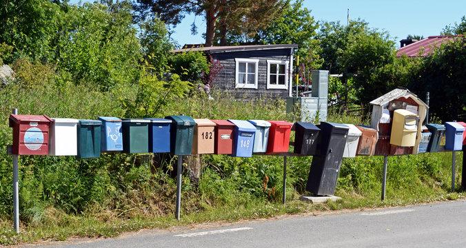 bunte Briefkastenreihe in Schweden