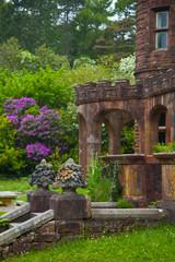 Fotobehang Fontaine Jardines castillo de Kinloch. Reserva Natural Nacional. Isla Rum. Archipiélago Small Isles. Inner Hebrides, UK