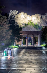 Fototapete - Mount Rushmore entrance at night from the avenue of flags, South Dakota