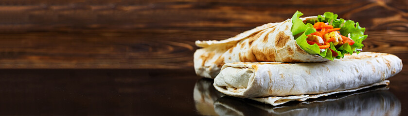 Poster Snack Delicious shawarma sandwich on wooden background. Banner.