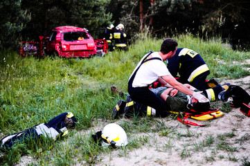 Fototapeta Strażacy ratują człowieka z wypadku ćwiczenia obraz