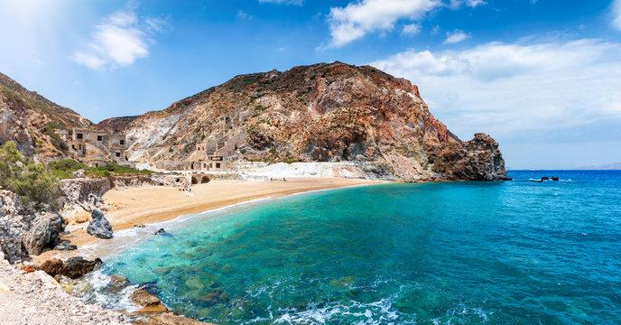 Panorama des Strandes von Theiorichia mit den verlassenen Schwefelminen und türkisem Meer, Milos, Kykladen, Griechenland