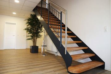 Obraz Moderne neue Holztreppe innen - fototapety do salonu