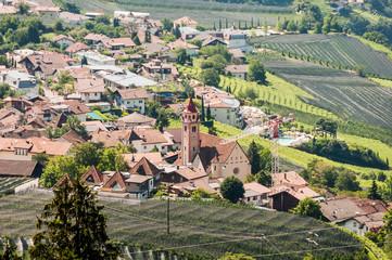 Dorf Tirol, Kirche, Weinberge, Wanderweg, Waalweg, Obstbäume, Vinschgau, Südtirol, Sommer, Italien