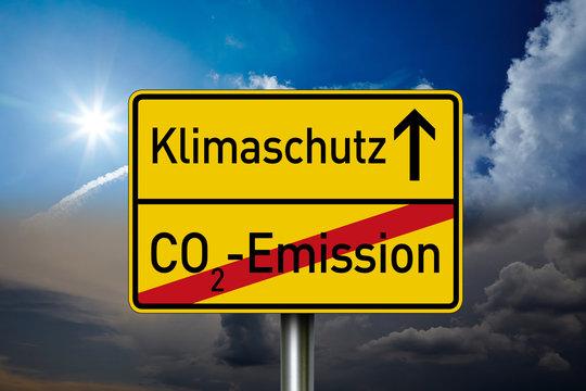 Schild mit Himmel und Klimaschutz, Klimawandel und CO2 Steuer