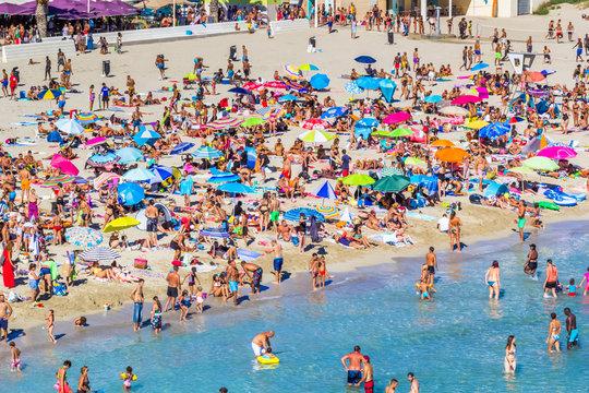 foule de baigneurs sur plage du Verdon, la Couronne, France