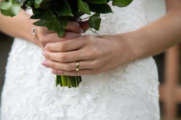 Détail de la mariée durant la séance photo de couple le jour du mariage