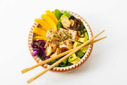 Poke Bowl - Reis, roher Lachs, Avocado, Mango, Feldsalat, Knoblauch, Lauchzwiebel, geröstete Schalotten, Blaukraut, Kresse, Sesam