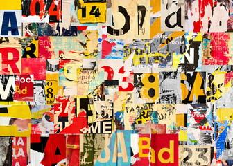 Collage van vele cijfers en letters gescheurd gescheurd advertentie straat posters grunge gevouwen verfrommeld papier textuur achtergrond plakkaat achtergrond oppervlak