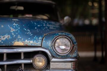 Frente de veículo antigo não identificado em exposição. Placa preta carro antigo em perfeito estado, detalhe do farol. Veículo necessita Funilaria e nova pintura descascado. Para restaurar