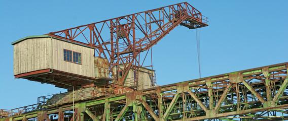 Panoramabild von alten Industriekomplex mit Seilbagger