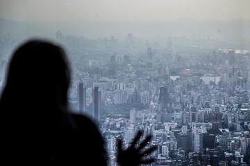 Taiwan vue du ciel avec femme regardant au loin