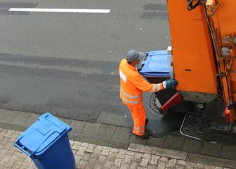 Müll, Mann, Müllauto, Papiermüll wird abgefahren