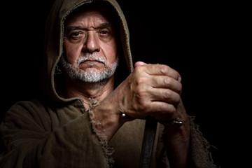 Mittelalter Mann mit Dolch schaut finster