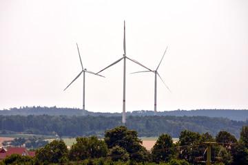 Drei Windkraftanlagen - erneuerbare Energie