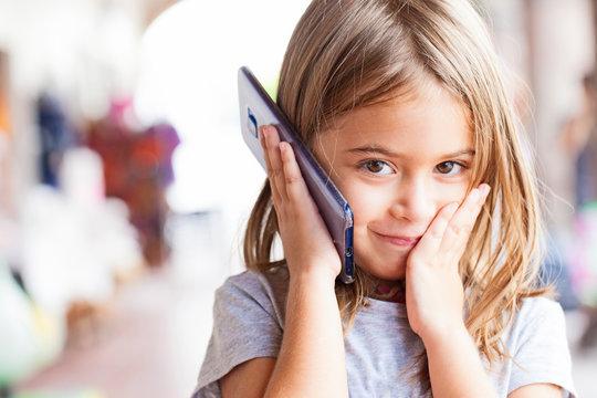 kleines Kind beim Telefonieren