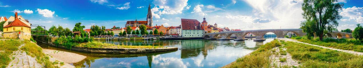 Altstadt, Dom und Steinerne Brücke von Regensburg an der Donau, Bayern