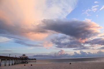 Wolkenatlas / Abendstimmung am Strand von Fort Myers Beach (Florida)