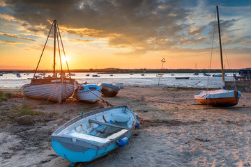 Fototapete - Beautiful sunset over boats on the beach at West Mersea,