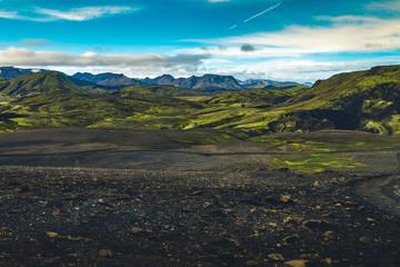 Surrealistisch en kleurrijk landschap van IJsland met niemand in de buurt