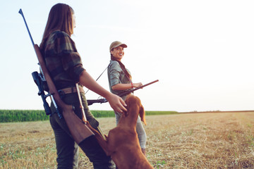 Photo sur Plexiglas Chasse Women hunters with hunting dog