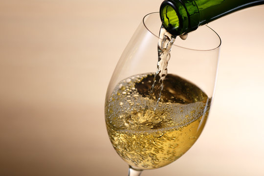 白ワインを注ぐ