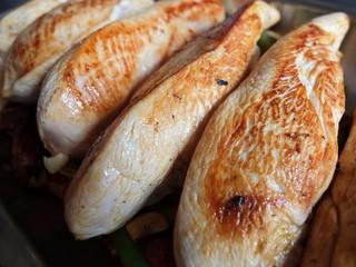 Filets de poulet grillés.