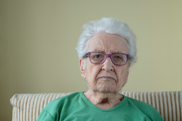 A senior woman wearing eyeglasses Fototapete