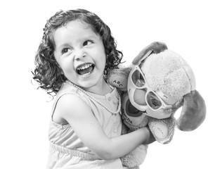 Foto de clave alta de niña con oso de peluche