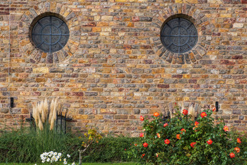Steinmauer mit zwei runden Fenstern