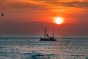 Krabbenkutter im Abendrot Sonnenuntergang Reise Norderney