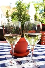 Zwei Weißweingläser auf Biergartentisch, Allgäu, Bayern