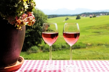 Weingläser mit Roséwein, Hortensie, Berge im Hintergrund, Allgäu, Bayern