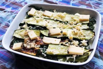 Zucchinilasagne gefüllt mit Spinat auf Geschirrtuch