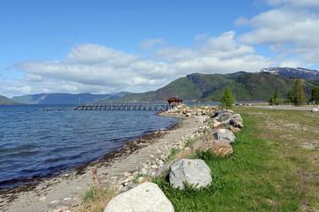Fjord und Bootssteg in Rognan Norwegen