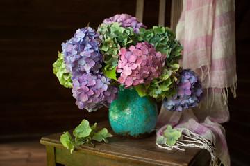 Foto auf Acrylglas Hortensie Bouquet of hydrangea flowers in a vase on a chair