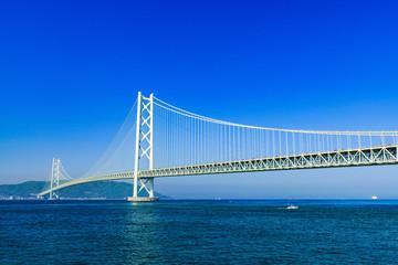 [兵庫県の風景] 快晴の青空をバックに撮影した神戸と淡路を結ぶ明石海峡大橋(別名:パールブリッジ)