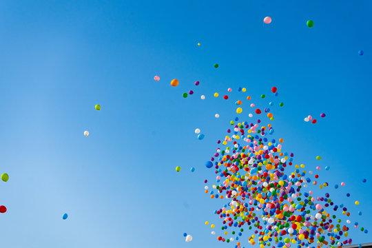 安城七夕祭り:空に飛ばされた大量の風船