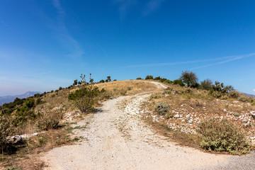 Schotterweg auf einen Berg