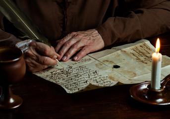Mittelalter Mönch schreibt Brief mit Feder