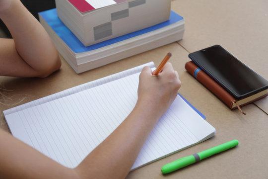 Bambina che scrive su un quaderno