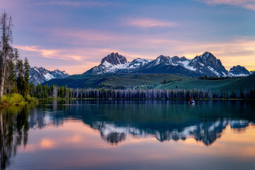 Fishing boat in Little Redfish Lake in Idaho at sunset Fotomurales